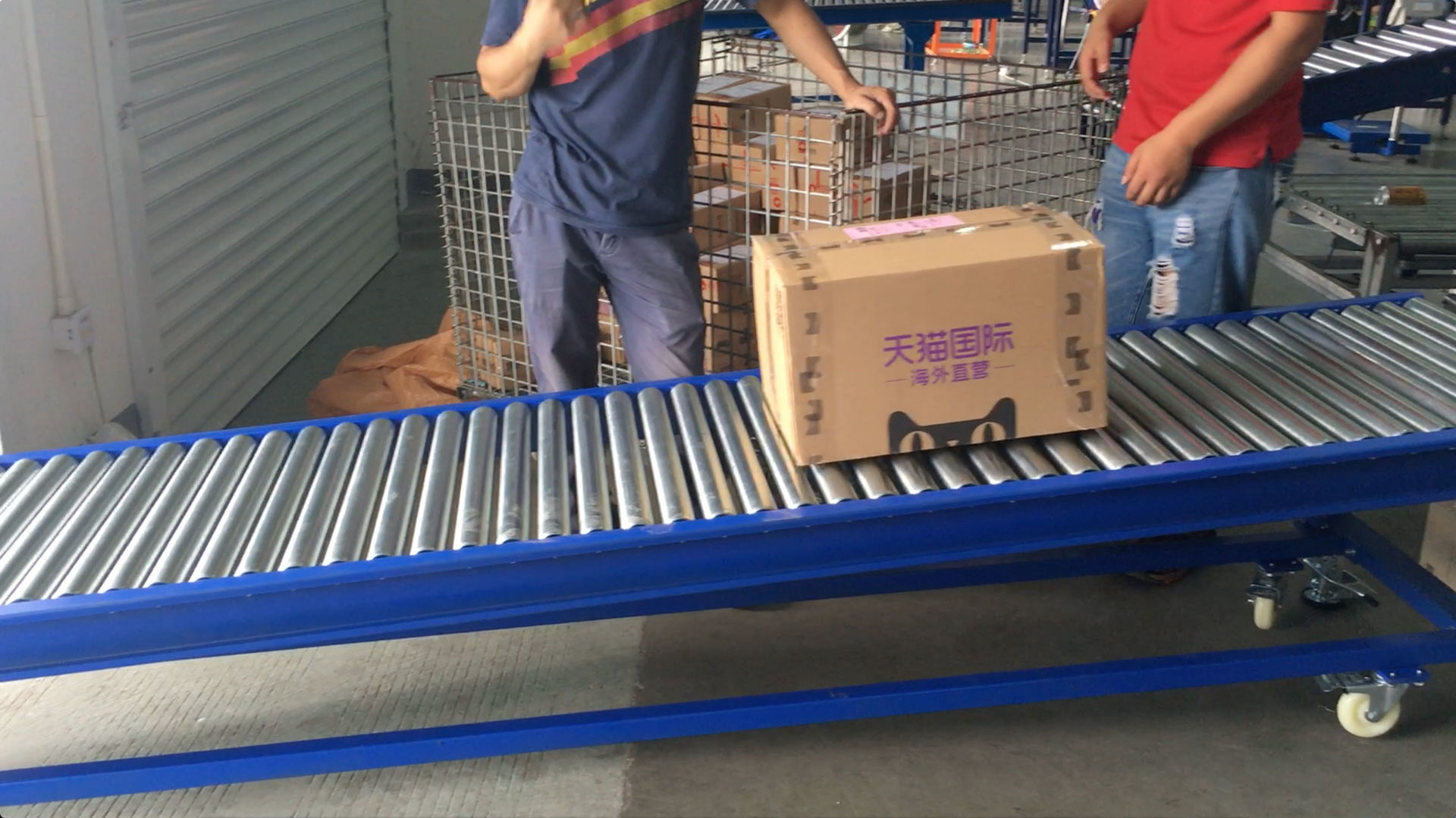 Gravity roller conveyor loading cartons into vehicles
